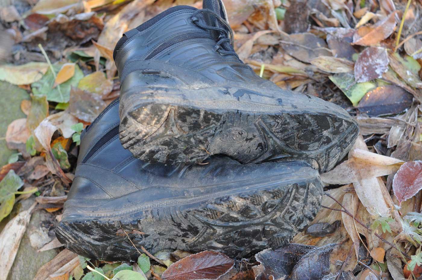 Aus einer Social Media Aktion von HAIX Deutschland flatterten mir ein Paar HAIX Black Eagle Tactical 20 Mid ins Haus. Sinn der Wahl, die auf diese Stiefel fiel, war eine Alternative für meine HAIX Scout Black Stiefel, die wärmere Jahreszeit war für die neuen Black Eagle Stiefel eine gute Testzeit, aber auch jetzt während der ersten Frosttage kann man die Black Eagle Tactical 20 Mid noch tragen. Kurz beschrieben kann man zum HAIX Black Eagle Tactical 20 Mid folgendes schreiben. Der halbhohe Stiefel aus Rindleder ist mit seiner Gore Tex Ausstattung wasserdicht und atmungsaktiv. Die Höhe ist für mich ideal bemessen, geht der Stiefel doch gut bis über den Knöchel, was die mir sehr wichtige Stabilität bei den Hundenrunden durch Feld und Wald gibt. Das Leder ist, wie schon beim Scout Black, sonnenlichtreflektierend pigmentiert und sollte daher bevorzugt mit der Schuhpflege von HAIX behandelt werden. Mit dieser Grundausstattung ist der HAIX Black Eagle Tactical 20 Mid sowohl kälte- als auch hitzeisolierend.