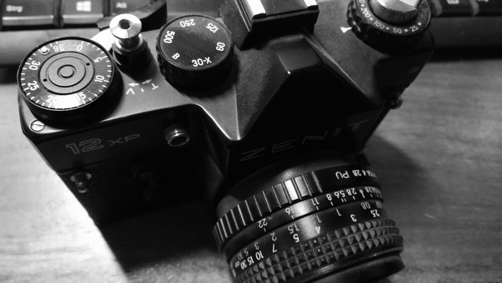 Runder Tisch und Kameraersatzteile